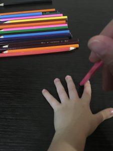 Массаж карандашами ладошка